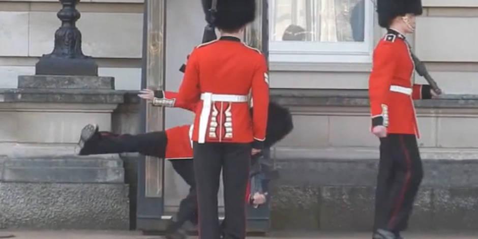 Un garde de Buckingham Palace fait une chute spectaculaire (vidéo)