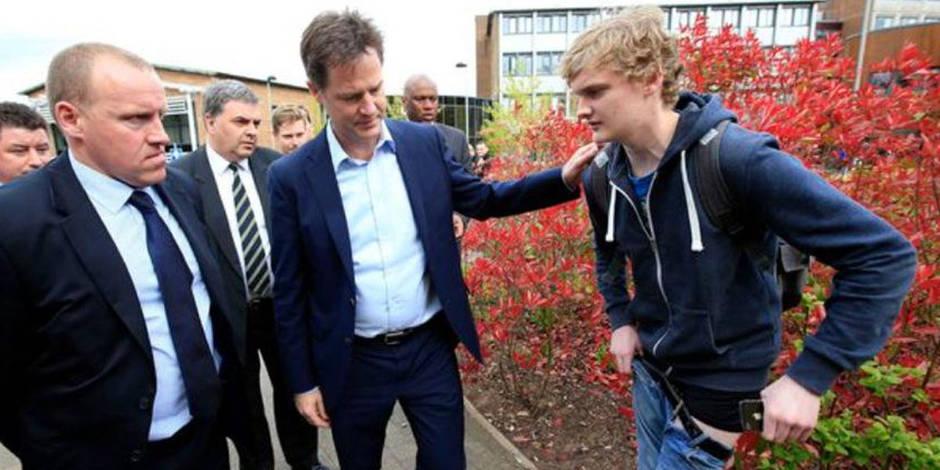 Il perd son pantalon devant le vice-premier ministre britannique