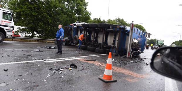 Deux camions accidentés sur l'autoroute E19/E42 : des blessés (PHOTOS) - La DH