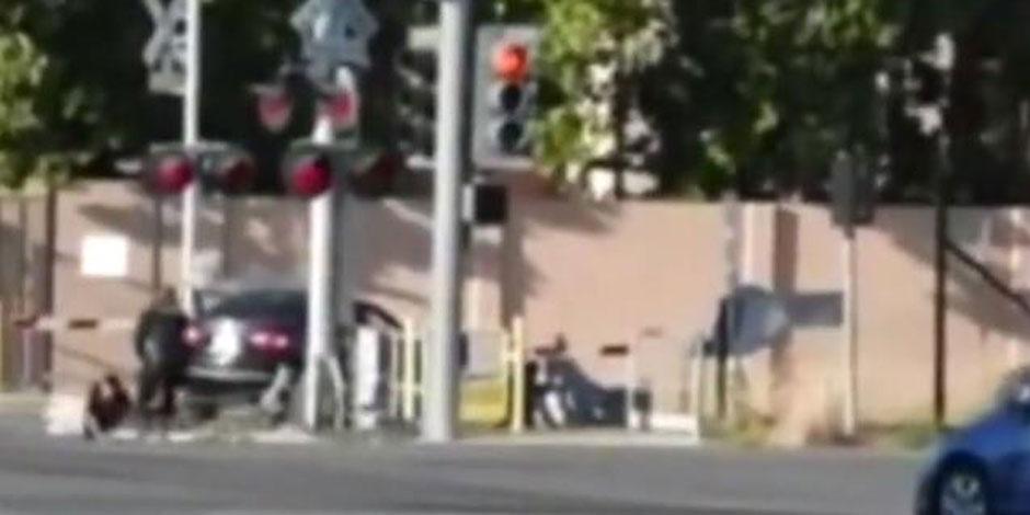Ivre et coincé sur la voie ferrée, un policier lui sauve la vie (Vidéo)
