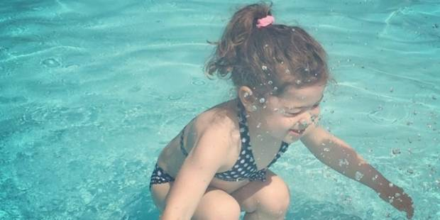Nouveau débat sur les réseaux sociaux: cette petite fille est-elle sur ou dans l'eau? - La DH