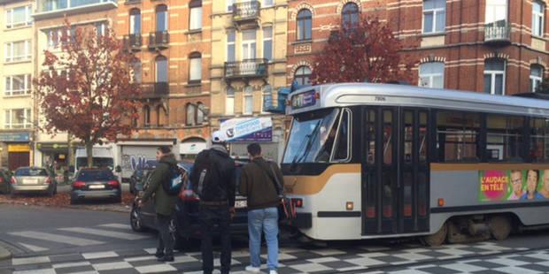 Collision entre un tram et une voiture à Etterbeek (PHOTOS)
