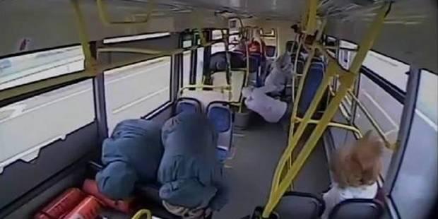 Des passagers violemment projetés: un terrible crash de bus filmé de l'intérieur (VIDEO) - La DH