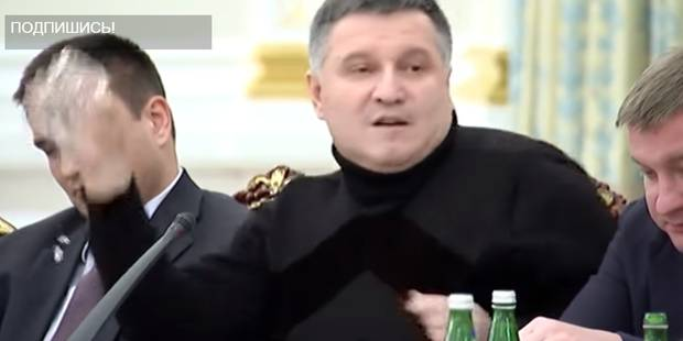 La vidéo du verre d'eau jeté sur l'ex-président de Géorgie fait le buzz (VIDEO) - La DH