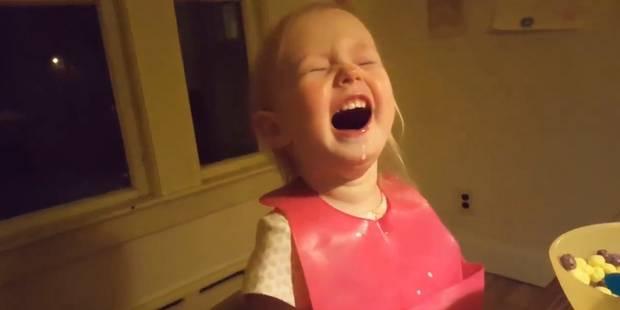 Cette petite fille ne croit pas son père à propos de l'origine de la neige (VIDÉO)