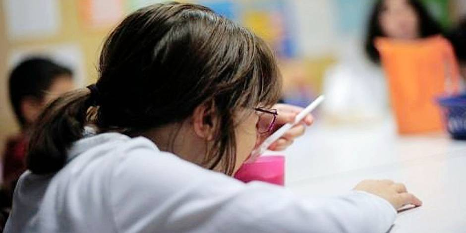 Une jeune fille, avec d'autres enfants, prend gratuitement un goûter au centre d'aide d'urgence Marti-Codolar à Barcelone, le 22 novembre 2012