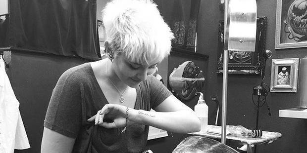 """Paris Jackson, la fille du """"King of Pop"""", lui rend hommage avec un tatouage - La DH"""