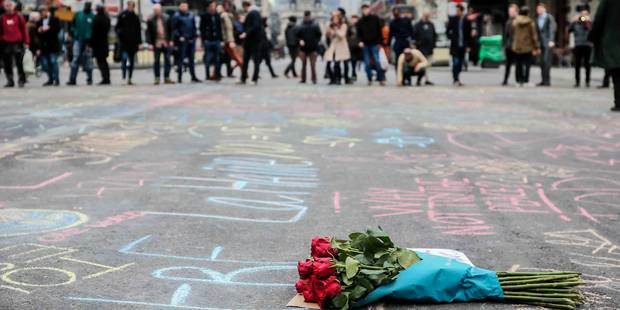 Attentats de Bruxelles: 400 motards à Maelbeek, 200 personnes à la Bourse... Les hommages se poursuivent ! - La DH
