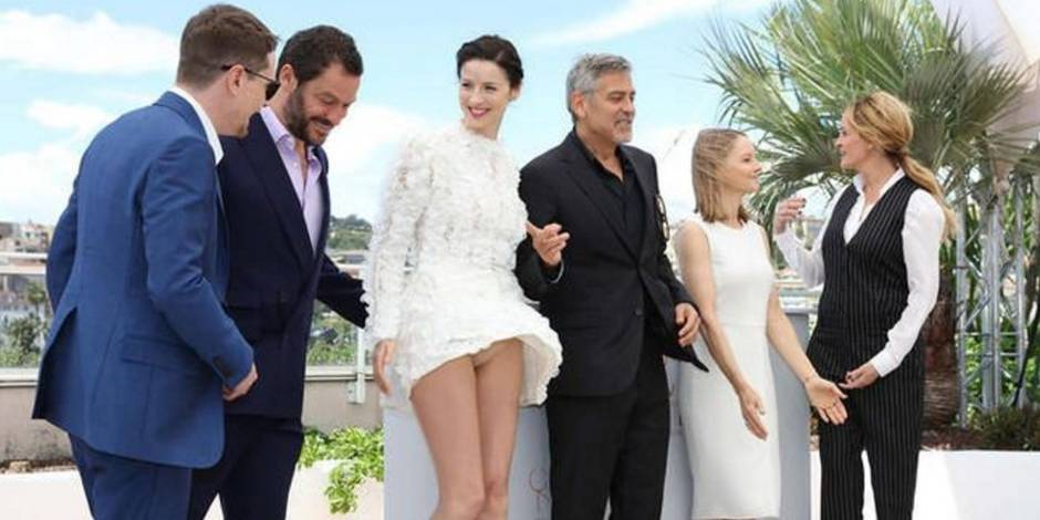 Oups à Cannes: victime du vent, Caitriona Balfe montre sa culotte