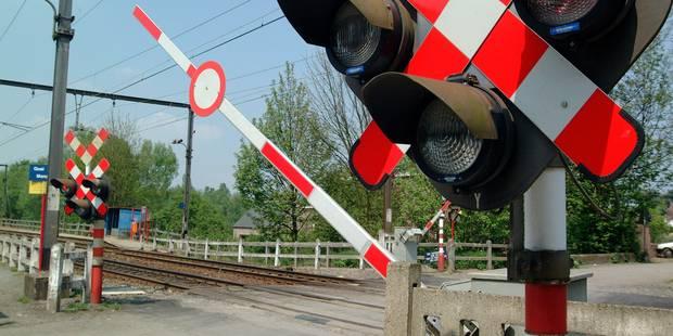 Circulation ferroviaire à l'arrêt entre Manage et La Louvière: Un camion a forcé un passage à niveau - La DH