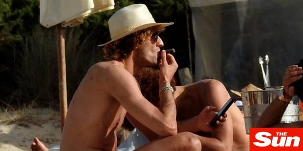 Marouane Fellaini surpris en train de fumer un cigare � Ibiza