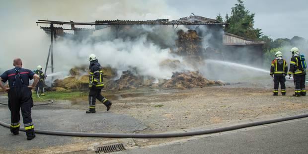 Une grange ravagée par les flammes (PHOTOS) - La DH