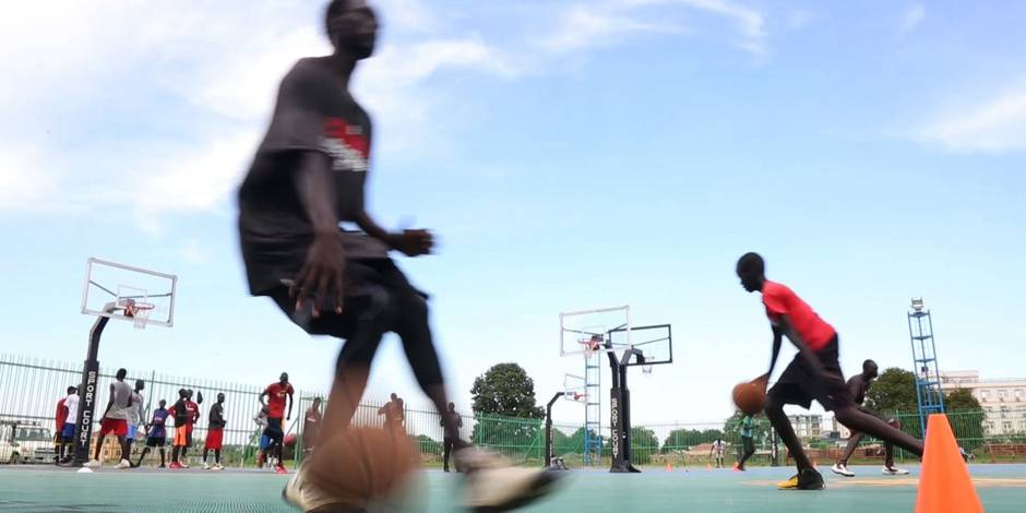 Soudan du Sud: une star de NBA redonne espoir aux jeunes