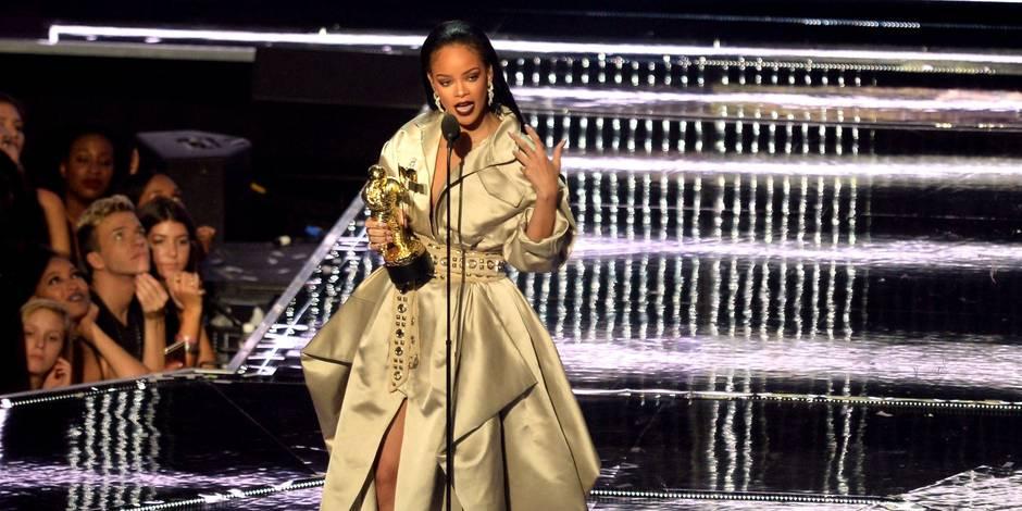 Rihanna pose dans une robe transparente (PHOTOS)