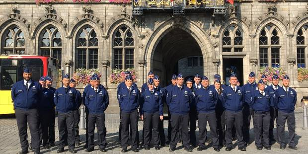 Mons: les policiers tournent le dos à l'hôtel de ville en signe de protestation