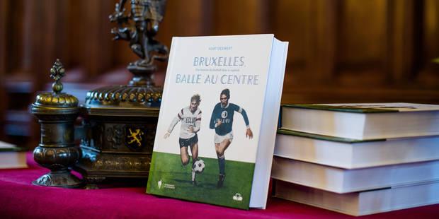 """Bruxelles - Hotel de ville: Présentation en conférence de presse de """"Bruxelles, balle au centre"""" de Kurt Deswert. L'ouvrage retrace l'historique du football dans la capitale"""