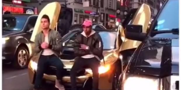 Une voiture de luxe bloque le trafic, un homme pète un plomb avec une batte de baseball - La DH
