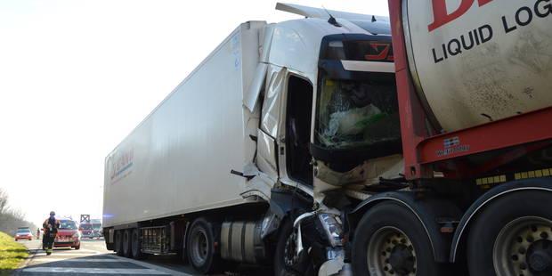 Mouscron : Deux accidents, quatre camions et quatre blessés sur l'autoroute A17 - La DH