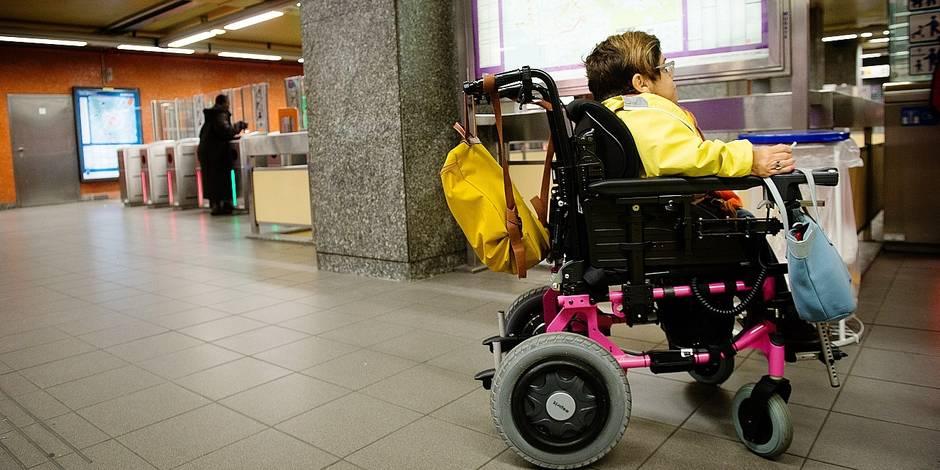 Bruxelles - Un groupe de parlementaire s'essaye aux difficultés rencontrées par les personnes à mobilité réduite dans les transports en commun avant un débriefing dans les locaux de la STIB