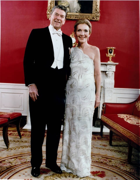 Le 20 janvier 1981, Nancy Reagan portait une robe à une épaule ornée de perles.