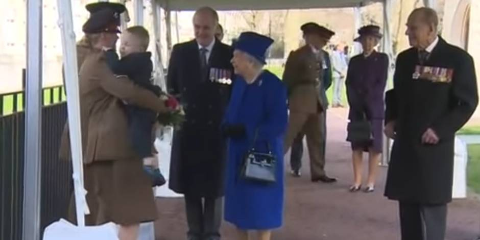 Fâché, ce petit garçon décide de ne pas donner son bouquet à la reine d'Angleterre (VIDEO)