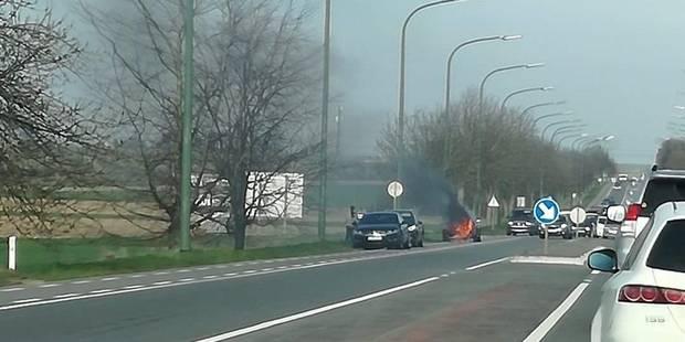 Une voiture prend feu à Waremme suite à un accident - La DH