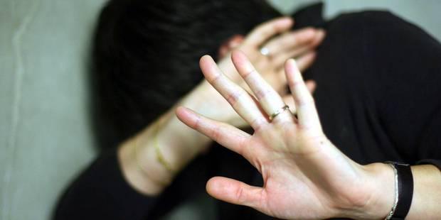 Une adolescente d'origine turque corrigée à coups de pied, de poing et de bâton par sa propre famille parce qu'elle fréq...