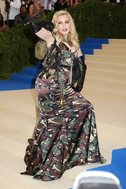 Madonna a fait une entrée de starlette des années 50 en prenant des positions suggestives.