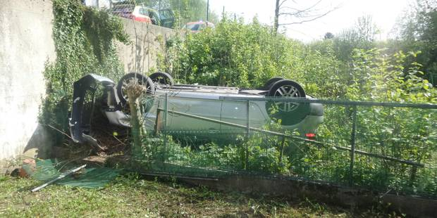 Gilly : la voiture finit sur le toit dans un jardin - La DH