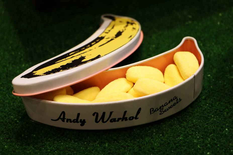 Banane Andy Warhol bonbon banane, dans une boîte métallique signée Warhol, Ligne Blanche Paris, 12 €.