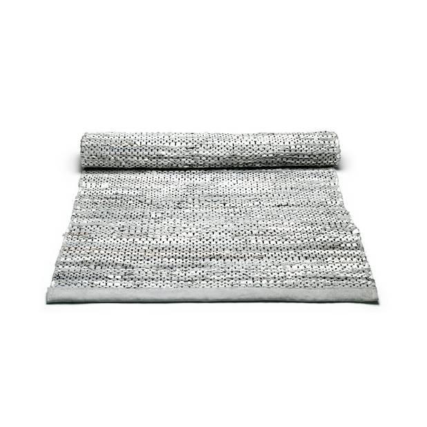 Une marque durable venue du Danemark :  Rug Solid utilise les restes de l'industrie textile pour en faire de magnifiques tapis. Celui-ci est en cuir, 50€ (65x135 cm)