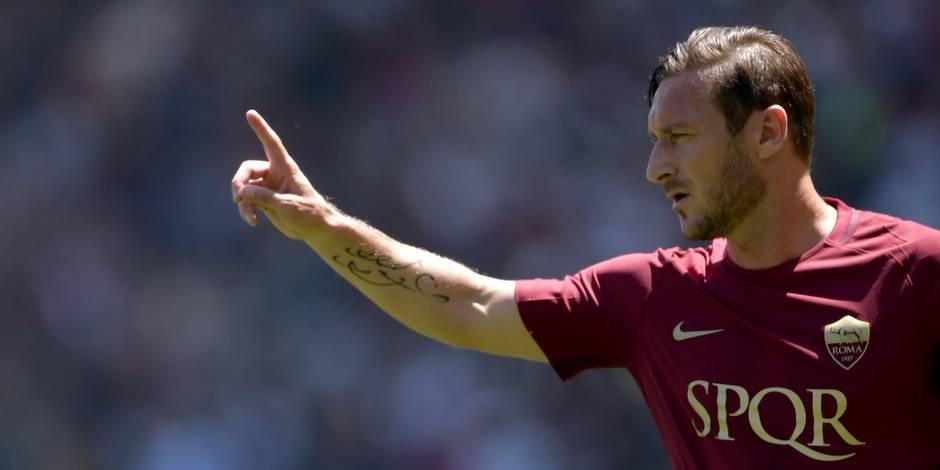 Scène surréaliste en Italie: Francesco Totti salué par... les tifosi de la Lazio (PHOTO)