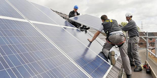 Panneaux solaire placement travail danger energie vert ecologie electricite onduleur toit photovoltaique