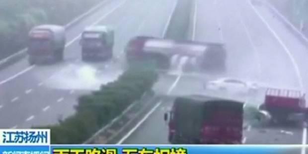 Accident surréaliste mais dramatique entre cinq camions sur une autoroute (VIDEO) - La DH