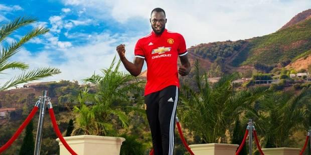 Manchester officialise l'arrivée de Lukaku, qui pose avec son nouveau maillot - La DH