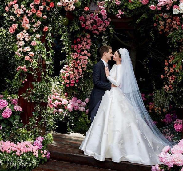 38405c6c1df Miranda Kerr partage des photos de sa sublime robe de mariée - La DH