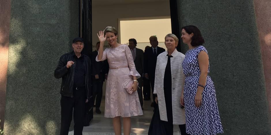 La reine Mathilde visite la Biennale de Venise (PHOTOS)
