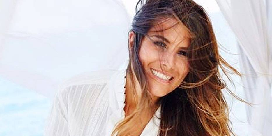 Karine Ferri rayonnante en mini-short