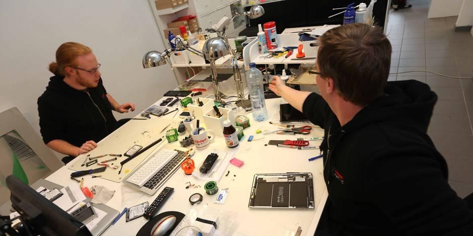 iClinique est un service qui 'soigne' les appareils de la marque Apple. C'est le premier service indépendant et spécialisé de réparation, d'assistance et de vente à Bruxelles. Arthur et Léa ont lancé ce projet pendant leurs études mais ont eu l'envie et la passion de continuer et d'en faire leur boulot!