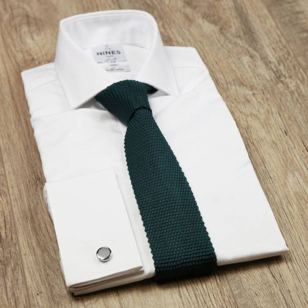 Le vert foncé est une couleur tendance de la garde-robe masculine cette saison. Cette belle cravate vert sapin est un must pour un look habillé, mais décontracté.  Cravate