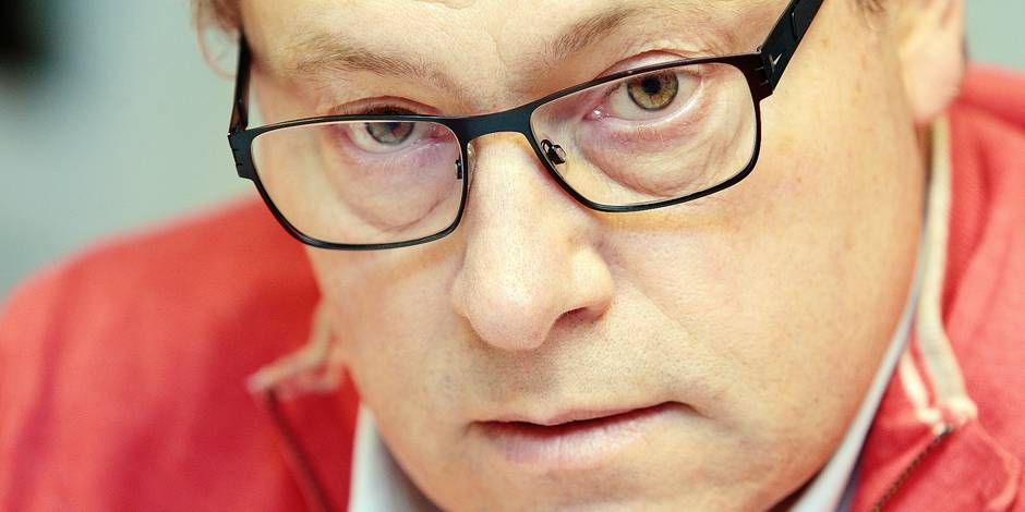 page mons/Lafosse remise d'une pŽtition pour la rŽnovation des tribunes du RAEC Mons ˆ mr l'Žchevin dees sports