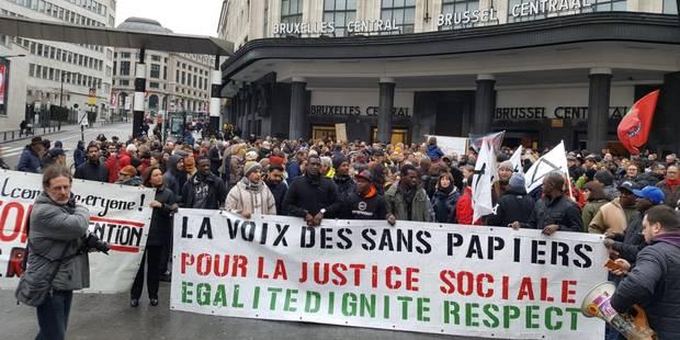 """""""Soyons + que 10 !"""": entre 200 et 300 manifestants ce samedi à Bruxelles pour la démission de Theo Francken - La DH"""
