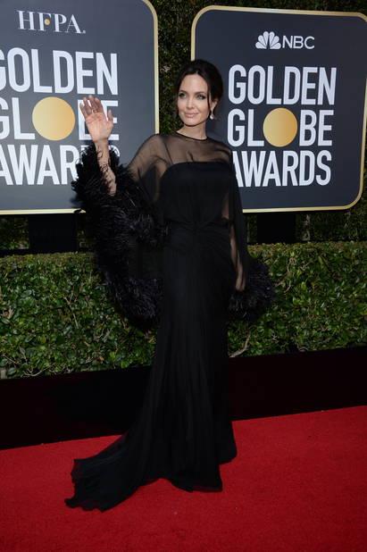 Angelina Jolie souvent en noir est apparue en low profile pour cette soirée hautement symbolique. En Atelier Versace