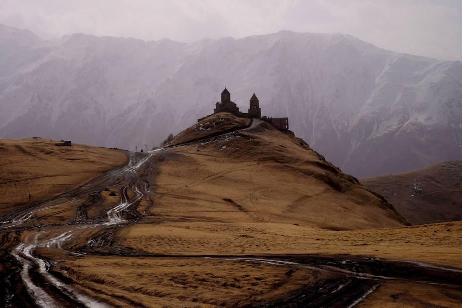 Géorgie.  Ce pays d'Europe de l'Est attire de plus en plus de tourustes. A voir : sa capitale Tbilissi et l'incontournable monastère du 14eme,dans la province de Khevi.