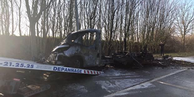 Camping-car détruit par les flammes - La DH