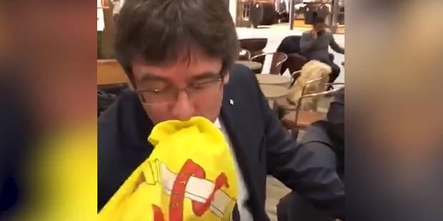 Puigdemont embrasse le drapeau espagnol sur une vidéo devenue virale (VIDEO) - La DH
