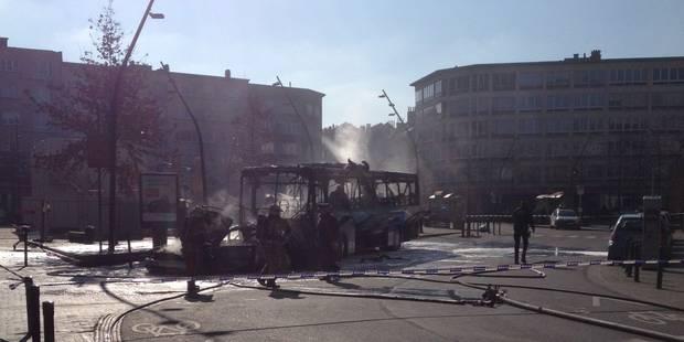 Schaerbeek : un bus scolaire ravagé par les flammes - La DH