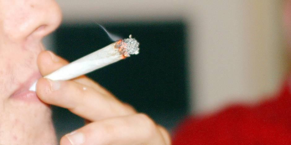 Le PS veut stopper la traque aux petits fumeurs de joints