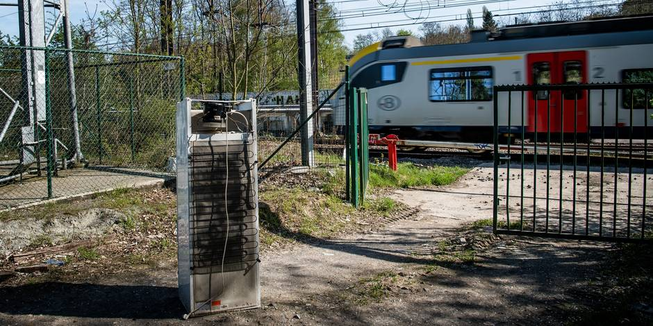 Bruxelles - Uccle, Gare de Moensberg: dépôt d'immondices clandestin et libre accès sur les voies