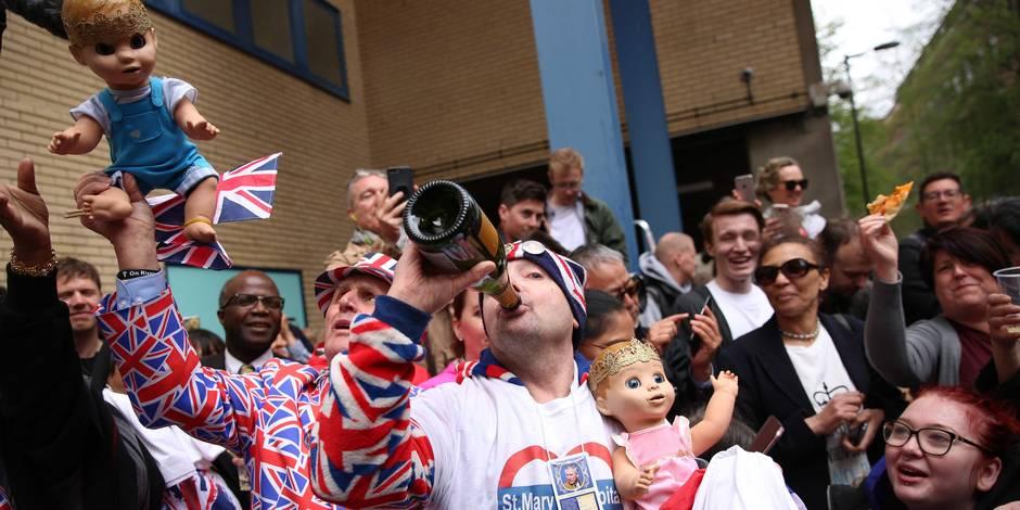 Naissance du bébé royal : les réactions de joie des admirateurs qui campent devant la maternité